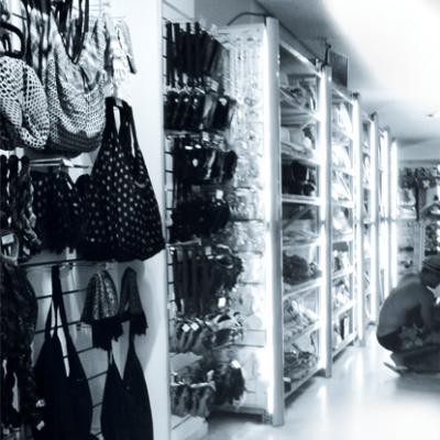 zu Ladenbau Komplettlösungen – Sonderregalbau
